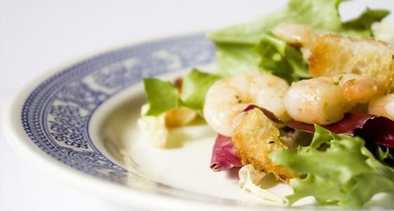 Salat aus rukola und meereskrebsen